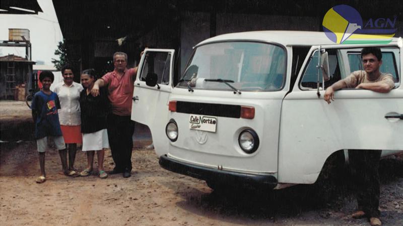 Sr. Anésio ao lado de sua esposa Selina Nogueira seu filho Levi e colaboradores no veículo do Café Nortão