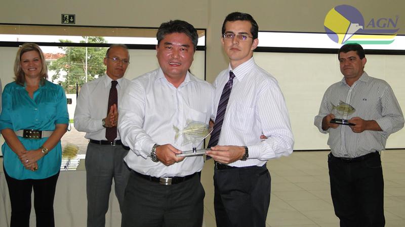Sr. William recebendo prêmio de Reconhecimento CEF